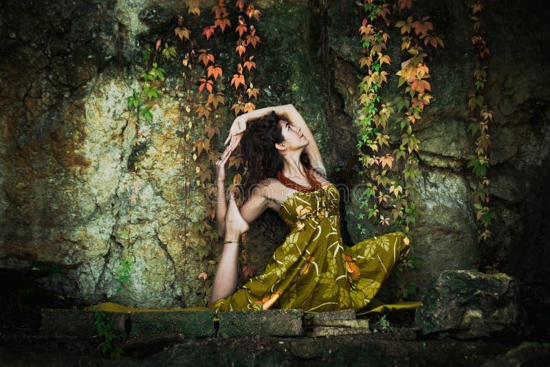 Tiro exterior da ioga da prática da mulher fotografia de stock