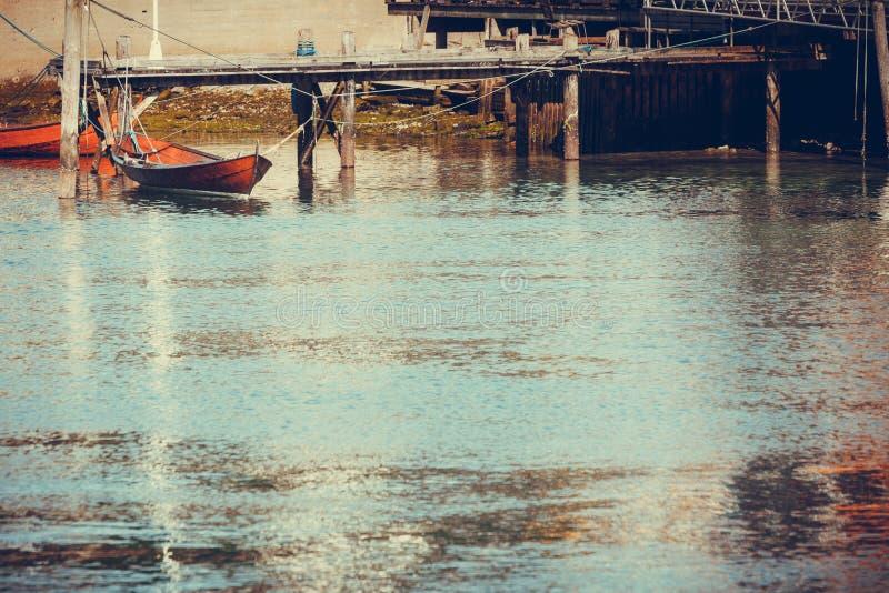 Tiro exterior do barco velho ao lado do molhe fotografia de stock