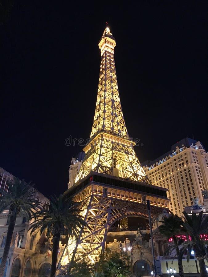 Tiro exterior do hotel Paris em Las Vegas na noite fotos de stock
