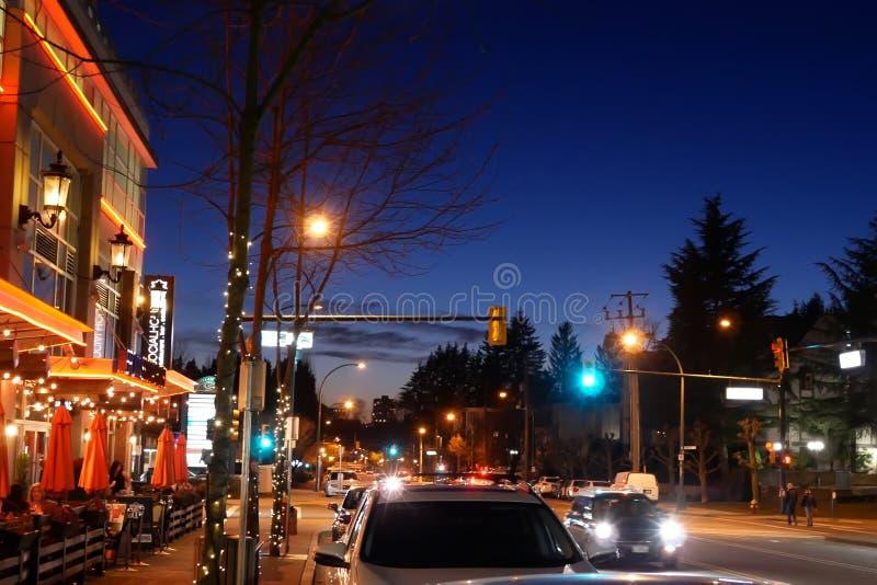 Tiro exterior do restaurante do socialhouse dos marrons na noite imagens de stock royalty free