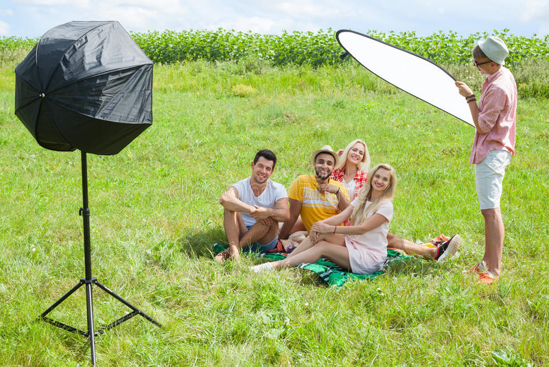 Tiro exterior dos povos estabelecido durante a sessão de foto foto de stock