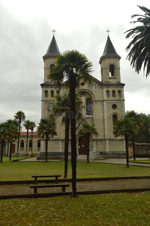 Tiro frontal da igreja de Jesus The Nazarene In Cudillero fotos de stock royalty free
