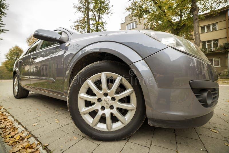 Tiro granangular de plata moderno aparcamiento en la calle suburbana reservada soleada pavimentada el día soleado Transporte, com fotos de archivo libres de regalías