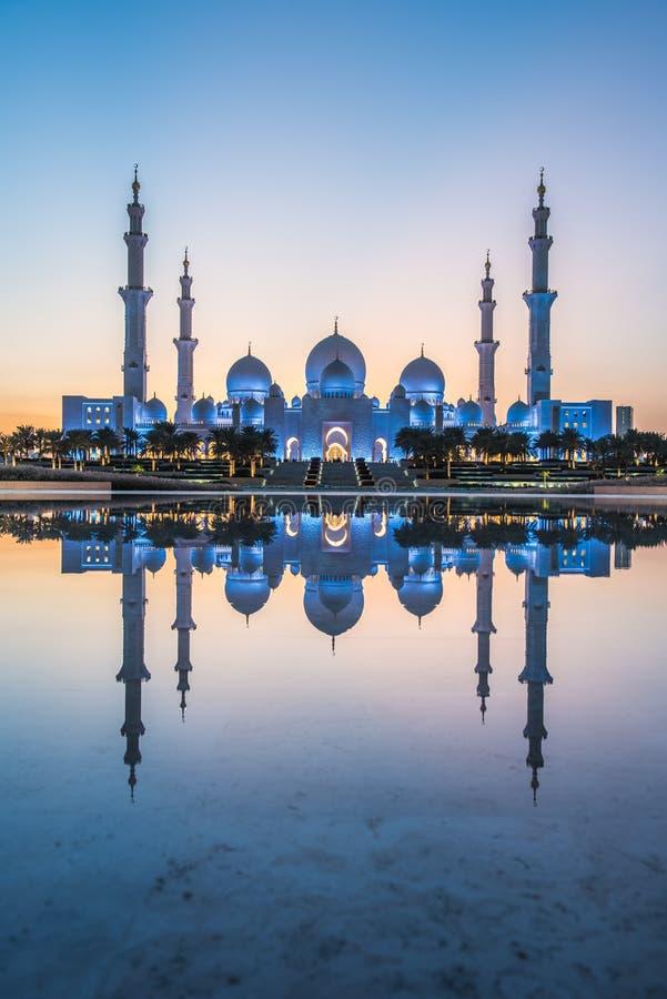 Tiro grande da reflexão da mesquita de Abu Dhabi fotografia de stock royalty free