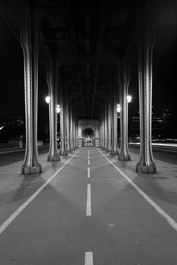 Tiro greyscale vertical de un camino estrecho con los pilares en los lados foto de archivo libre de regalías