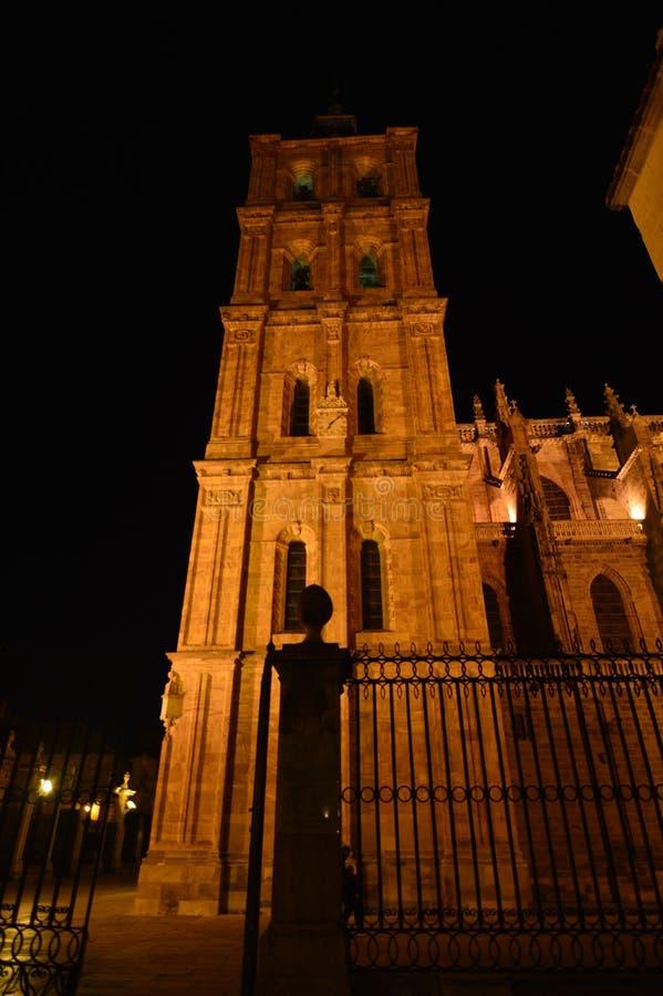 Tiro hermoso de la noche del campanario de la catedral en Astorga Arquitectura, historia, Camino de Santiago, viaje, noche Photog fotografía de archivo libre de regalías