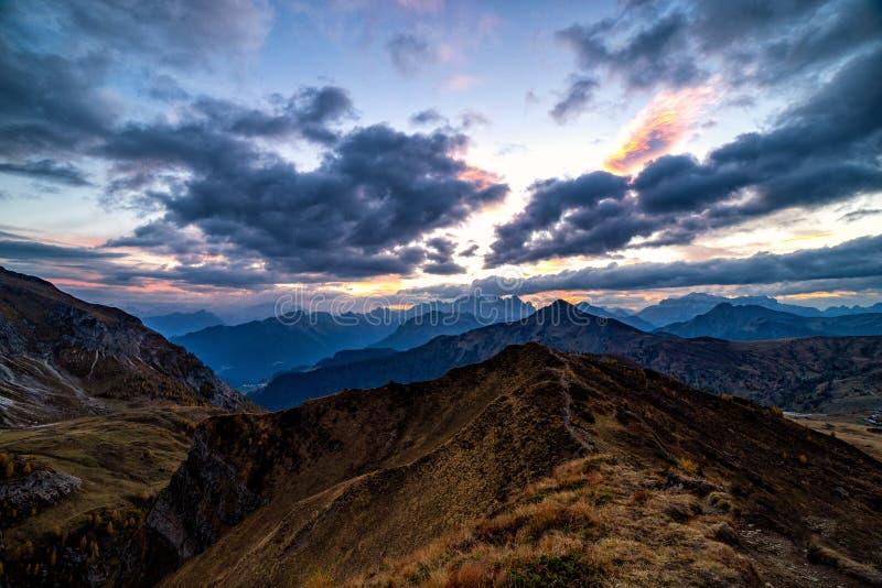 Tiro hermoso de la puesta del sol de las montañas majestuosas de las dolomías en las montañas italianas fotos de archivo