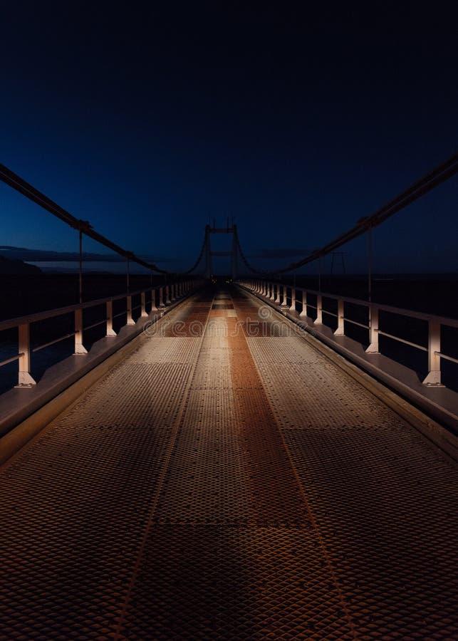 Tiro hermoso de un puente de acero en la noche fotos de archivo libres de regalías