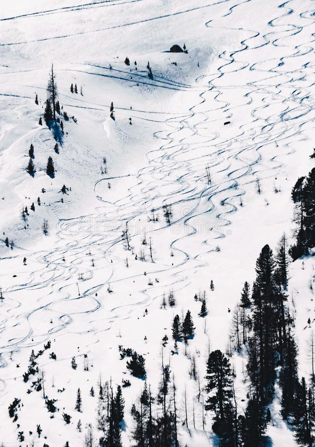 Tiro hermoso de una cuesta nevada para esquiar fotos de archivo
