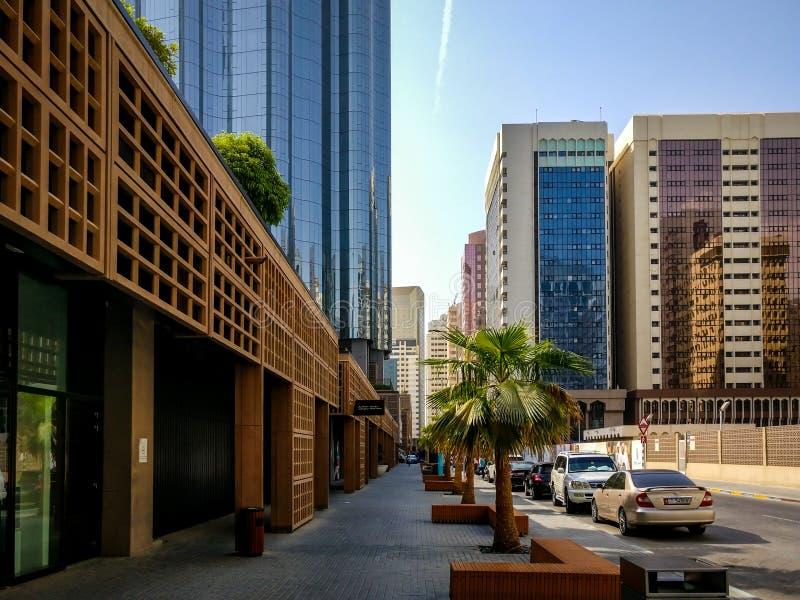 Tiro hermoso el camino y la entrada de la alameda con el World Trade Center Sheikh Mohammed Bin Rashid Tower fotos de archivo
