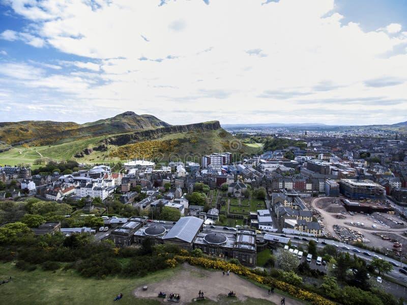 Tiro histórico de la antena del día soleado de Arthur Seat de la ciudad de Edimburgo imagen de archivo