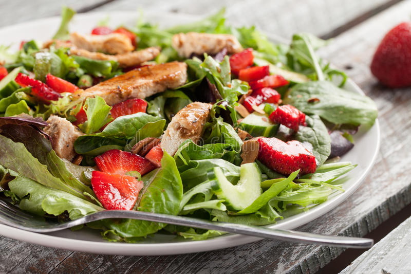 Tiro horizontal alaranjado de Honey Balsamic Salad da morango fotografia de stock royalty free
