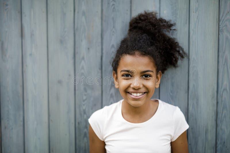 Tiro horizontal de la muchacha linda feliz fotos de archivo