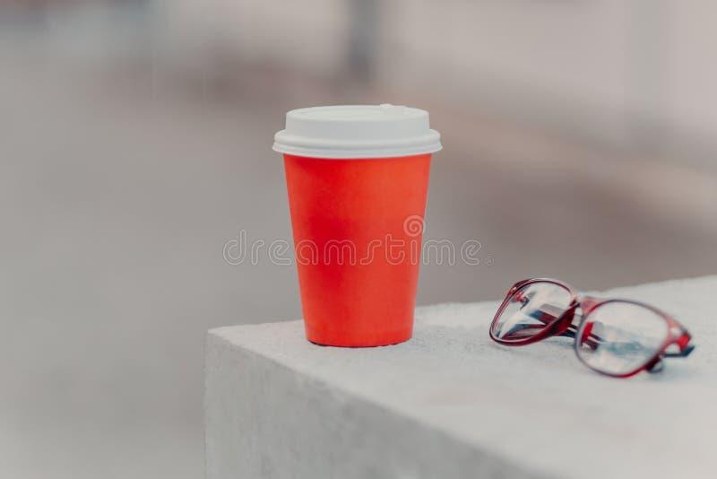 Tiro horizontal do café vermelho a ir e de vidros óticos Café aromático para que você beba Conceito bebendo Copo de papel de quen imagens de stock