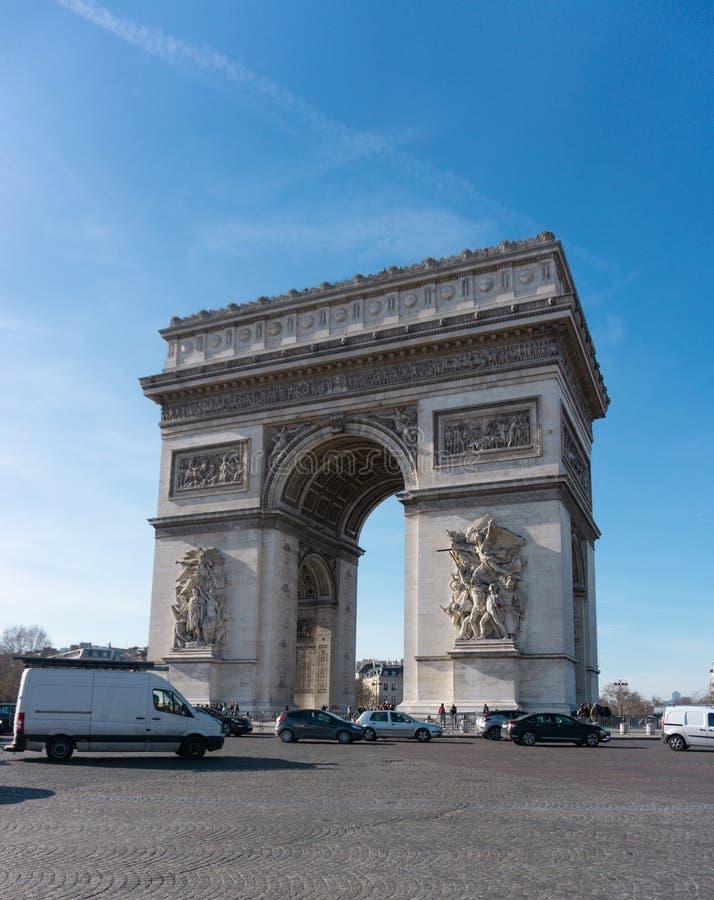 Tiro horizontal do tráfego de Arc de Triomphe em Paris França foto de stock