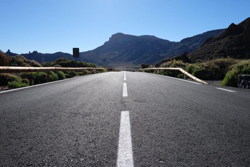 Tiro inferior da linha da estrada à infinidade fotografia de stock