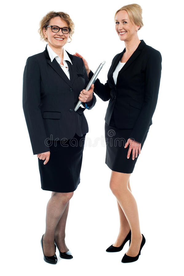 Tiro integral de amigos femeninos corporativos foto de archivo