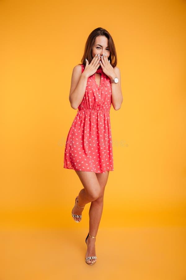 Tiro integral de la muchacha morena bonita en los wi sonrientes del vestido rojo fotos de archivo libres de regalías