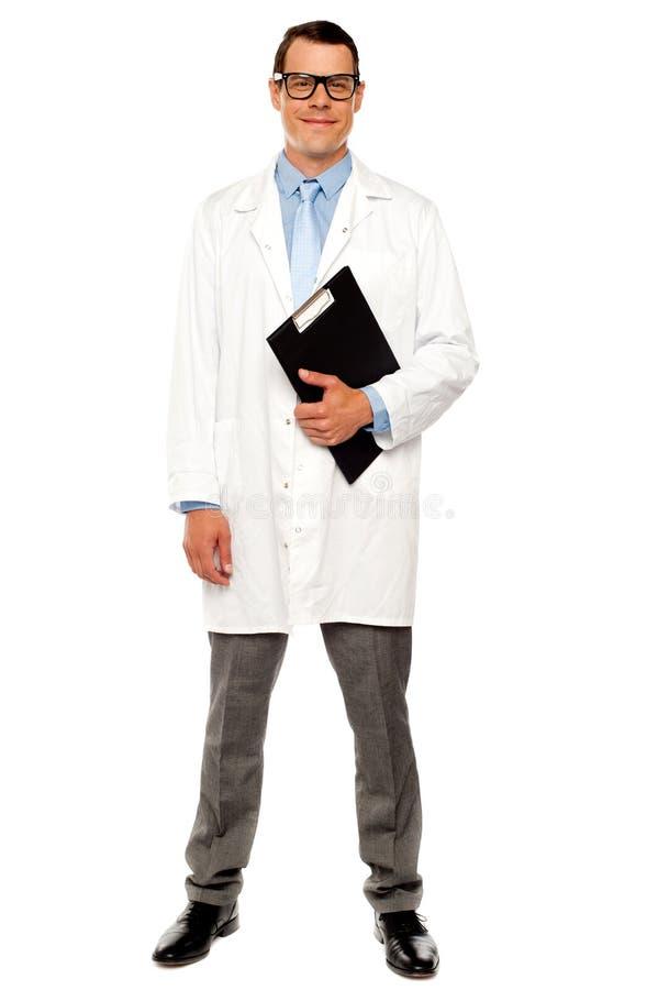 Tiro integral del doctor que presenta con el sujetapapeles imágenes de archivo libres de regalías