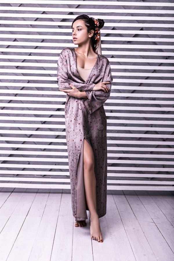 Tiro integral del estudio del vestido del abrigo del modelo que lleva hermoso imagen de archivo libre de regalías