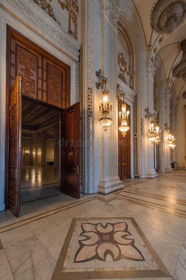 Tiro interior com o palácio do parlamento foto de stock