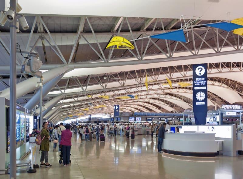 Tiro interior dentro do terminal da partida do passageiro, aeroporto internacional de Kansai, Osaka, Japão fotografia de stock royalty free