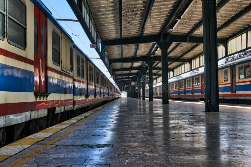 Tiro interior do fardo de caracterização terminal Railway do metal de Haydarpasha e de dois trens parados coloridos, Kadikoy, Ist fotos de stock royalty free