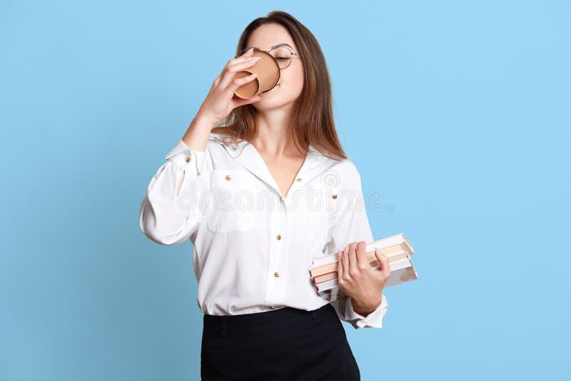 Tiro interno do estúdio do trabalhador de escritório de trabalho duro delgado que tem a ruptura de café, bebida quente bebendo do fotografia de stock royalty free