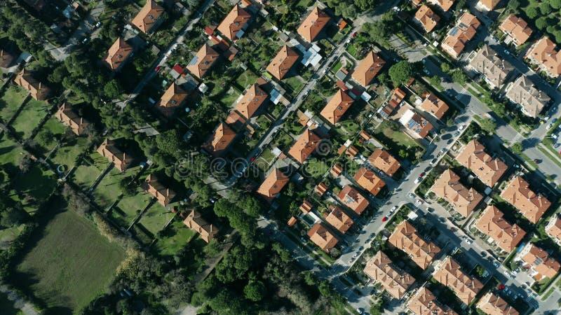 Tiro invertido aéreo das casas e das casas de campo em Rosignano Solvay, Itália imagens de stock