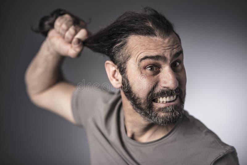 Tiro irritado do estúdio do retrato do homem imagem de stock