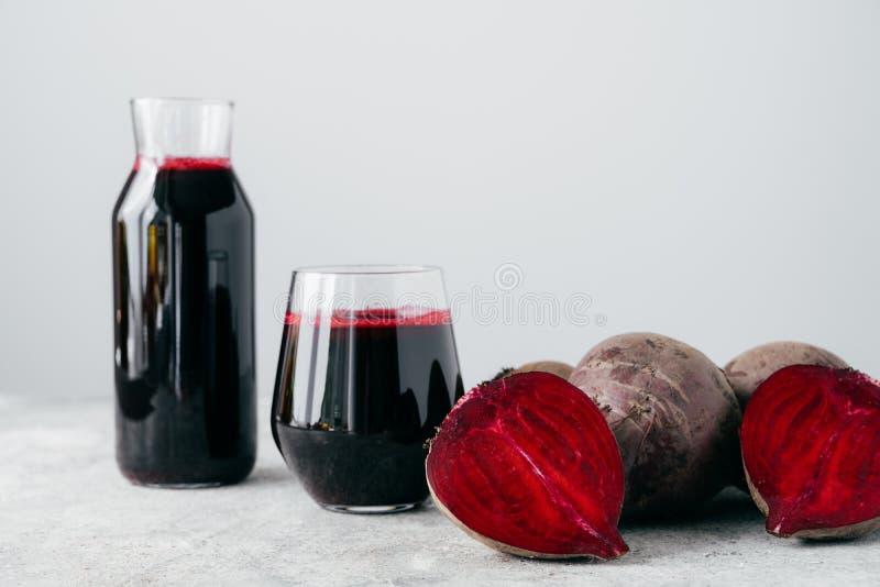 Tiro isolado do suco vermelho fresco das beterrabas e da beterraba cortada Bebida caseiro saboroso da desintoxicação com ingredie foto de stock