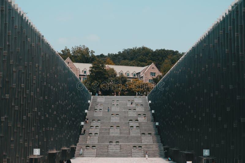 Tiro largo da construção da universidade das mulheres modernas de EWHA em Seoul, Coreia do Sul imagens de stock royalty free