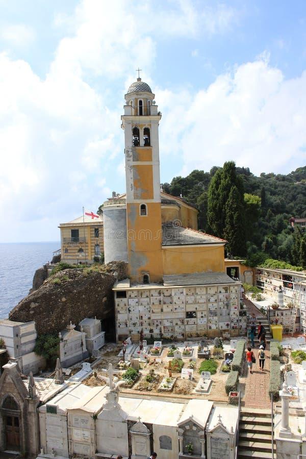 Tiro largo da igreja amarela bonita do farol da fachada em Portofino, Itália fotografia de stock royalty free