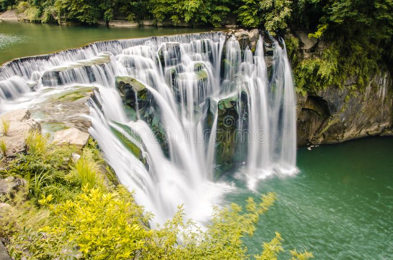 Tiro largo de la exposición de la cascada de Shifen en Taiwán fotografía de archivo libre de regalías