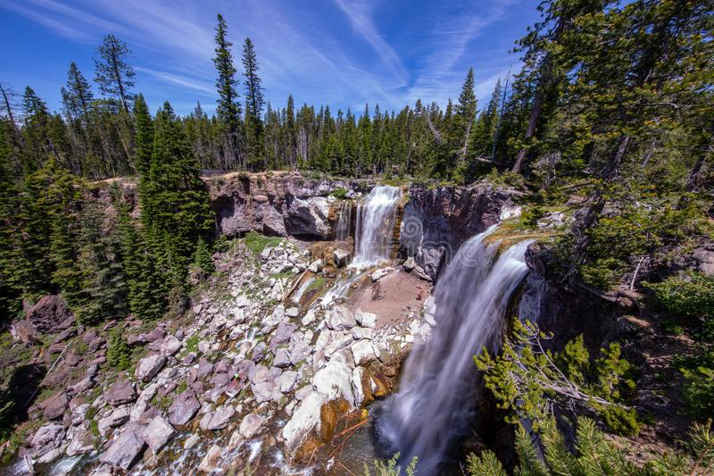 Tiro largo de la exposición de Paulina Creek Falls en el monumento volcánico nacional de Newberry, Oregon imagen de archivo libre de regalías