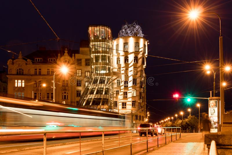 Tiro largo de la exposición de la tranvía en Praga en la noche fotografía de archivo