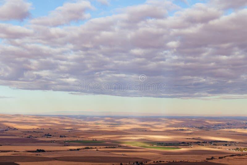 Tiro largo de uma área abandonada seca com nuvens de surpresa em cima imagens de stock