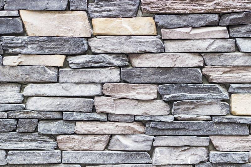 Tiro largo dianteiro da parede de pedra colorida destacada do retângulo da alvenaria em Izmir em Turquia com estuque tradicional imagens de stock