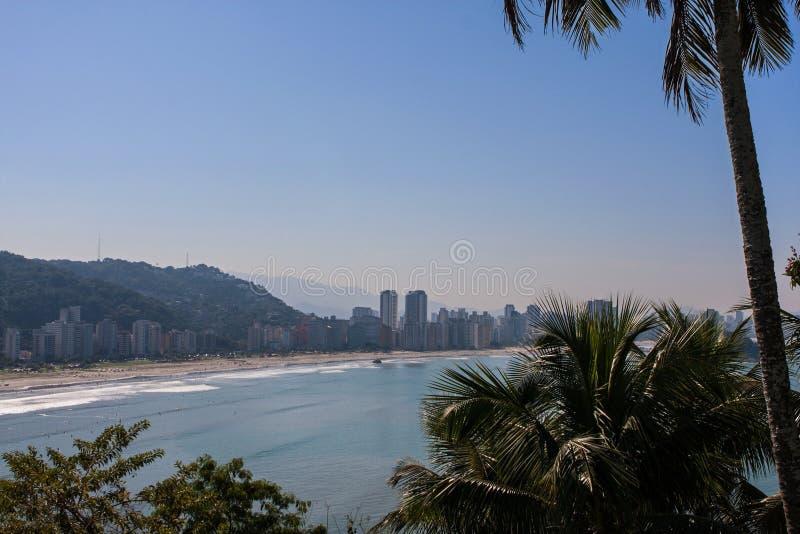 Tiro largo elevado da linha costeira espetacular no Sao Vicente Brazil fotografia de stock royalty free