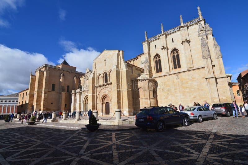 Tiro lateral da basílica de San Isidoro In Leon Arquitetura, curso, história, fotografia da rua fotografia de stock