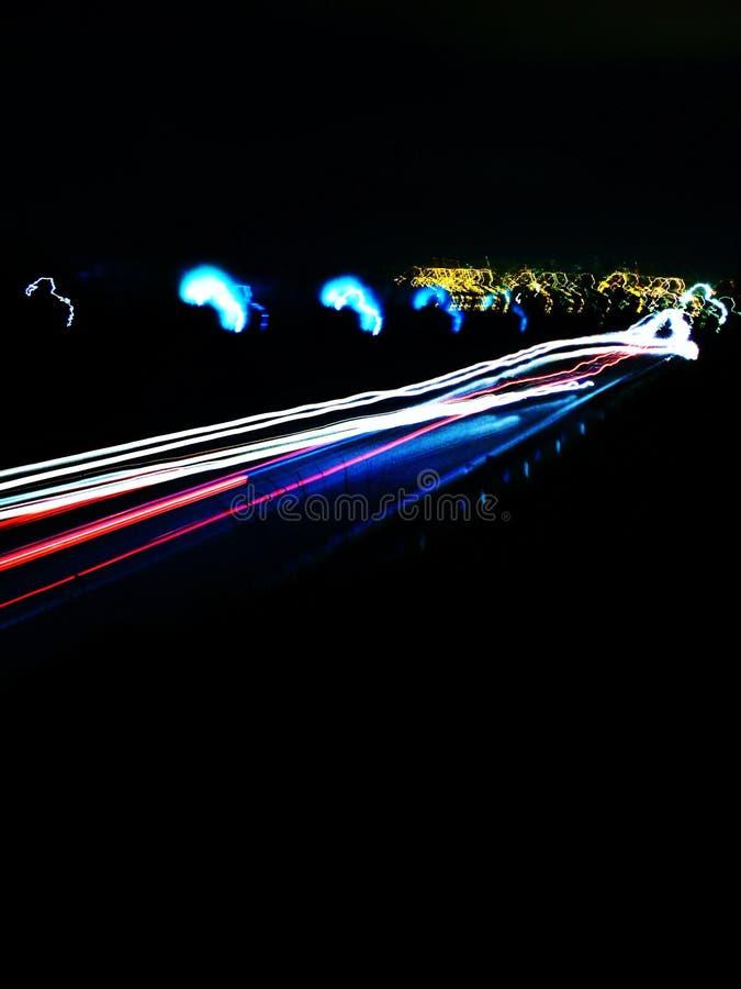 Tiro longo da exposição de fugas da luz do carro na noite foto de stock