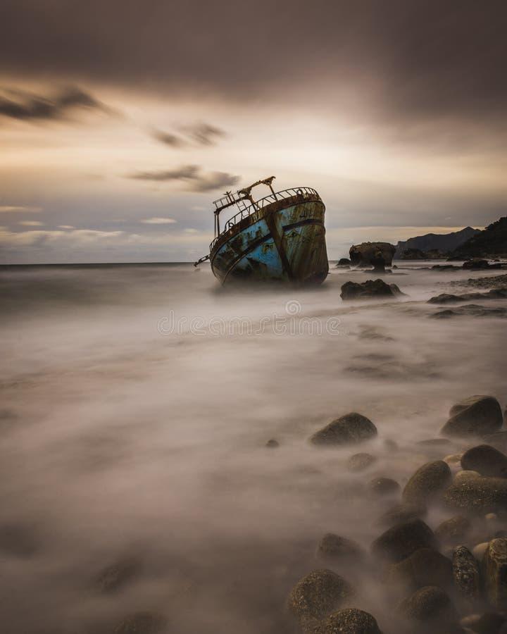 Tiro longo da exposição de um naufrágio em Corfu Grécia fotografia de stock royalty free