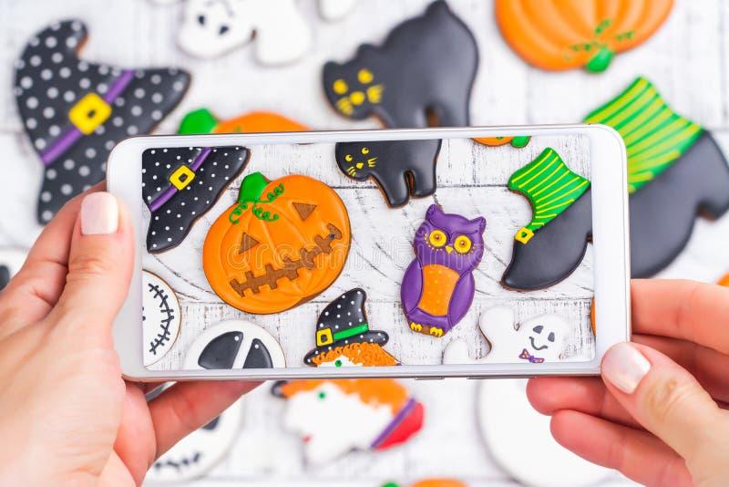 Tiro móvel de cookies do Dia das Bruxas fotografia de stock royalty free