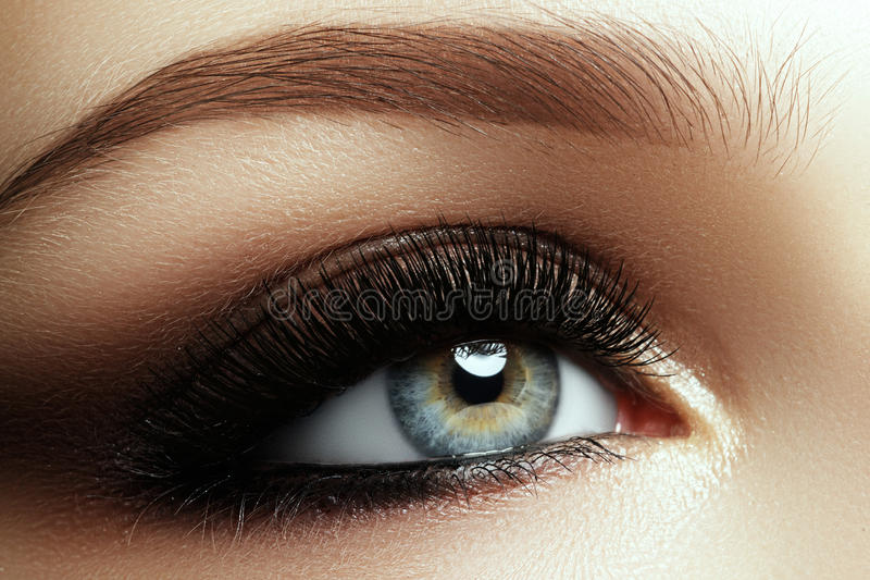 Tiro macro bonito do olho fêmea com as pestanas longas extremas fotografia de stock