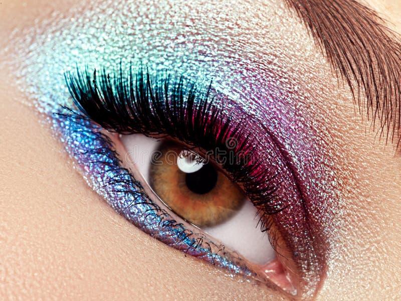 Tiro macro bonito do olho fêmea com as pestanas longas extremas imagens de stock royalty free