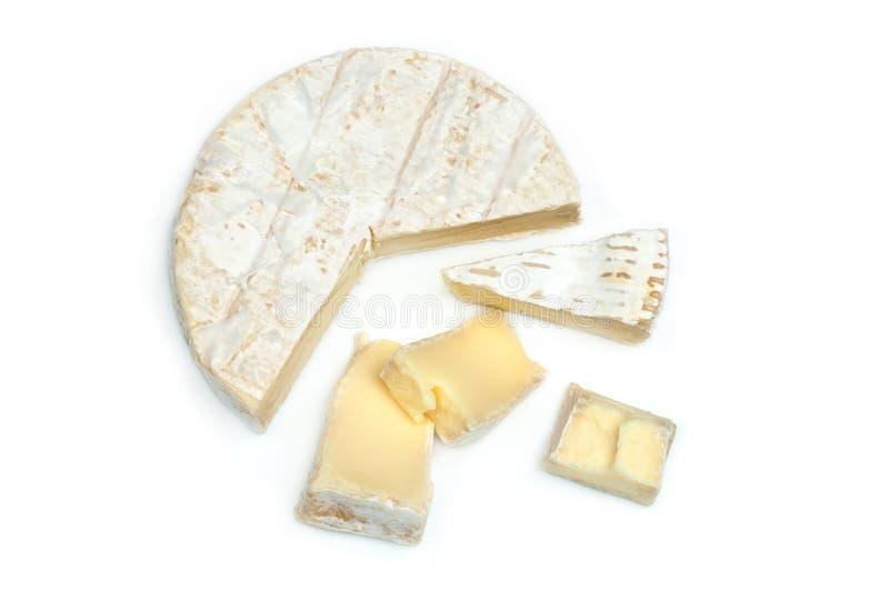 Tiro macro da fatia do queijo do camembert no fundo branco foto de stock