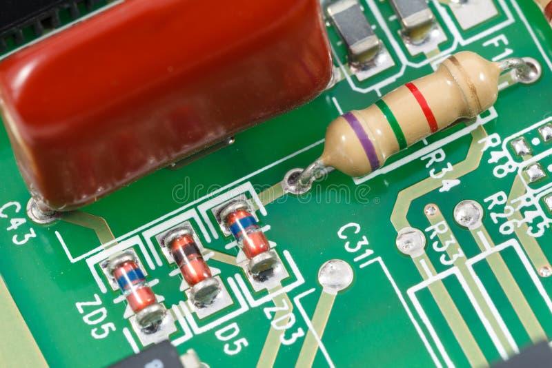 Tiro macro da placa de circuito impresso (PWB) com resistores, diodos imagens de stock