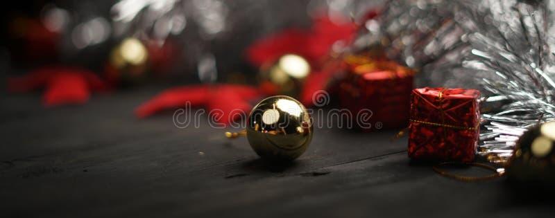 Tiro macro da quinquilharia dourada Bandeira do Natal fotografia de stock