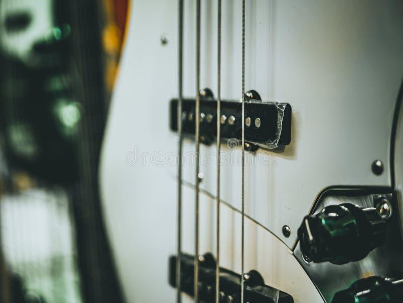 Tiro macro de la guitarra baja eléctrica de cuatro secuencias fotografía de archivo