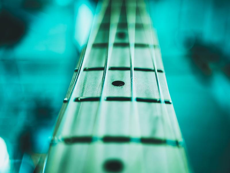 Tiro macro de la guitarra baja eléctrica de cuatro secuencias foto de archivo libre de regalías
